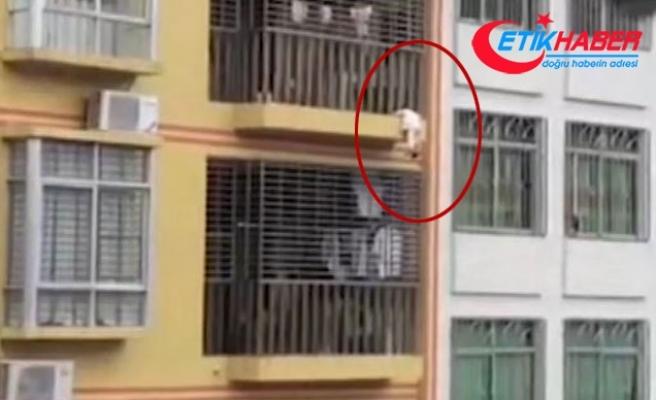 4. kattan düşmek üzereyken balkon demirlerine sıkışan çocuğu komşuları kurtardı