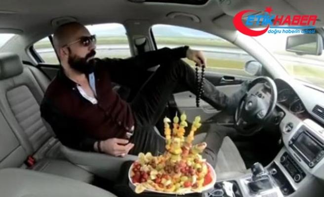 Ayağıyla otomobil kullanıp, meyve yiyen sürücüye 5 ay hapis