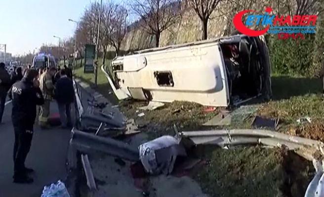 Bayrampaşa'da servis midibüsü devrildi: Yaralılar var