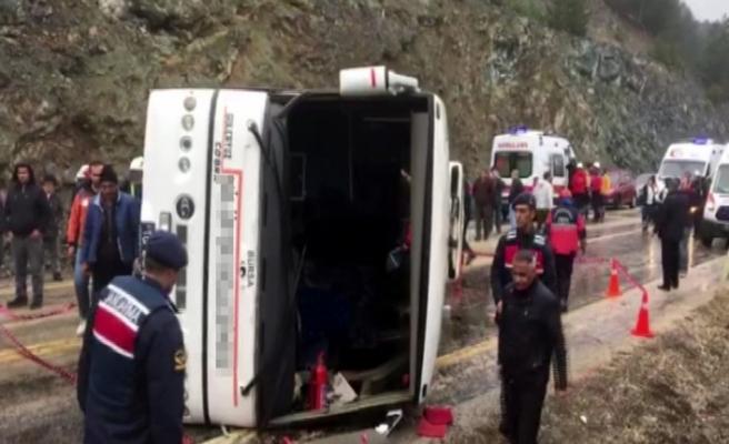 Cenazeye giden otobüs yan yattı: 35 yaralı