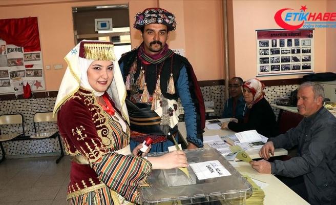 'Efe kıyafeti' ile oy kullandılar