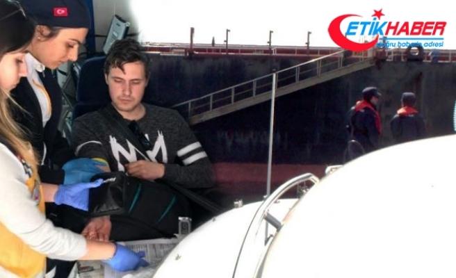 Gemide mide kanaması geçiren denizci, botla alınıp hastaneye götürüldü