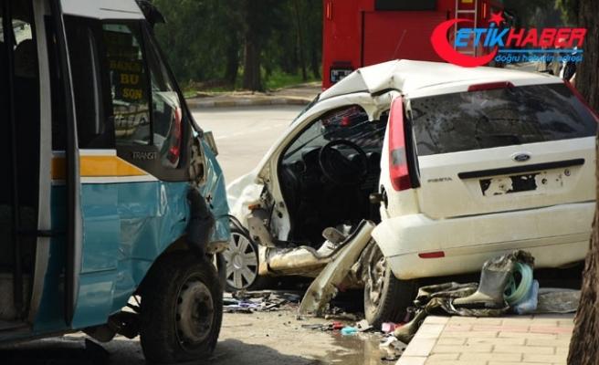 İzmir'de yolcu minibüsü otomobile çarptı: 1 ölü, 11 yaralı