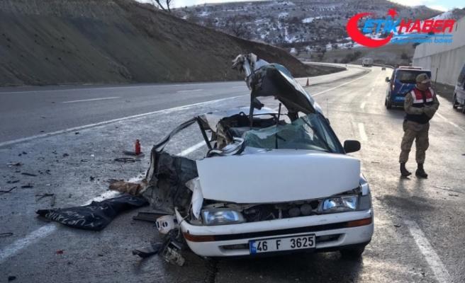 Otomobil ile kamyon çarpıştı: 2 ölü, 3 ağır yaralı