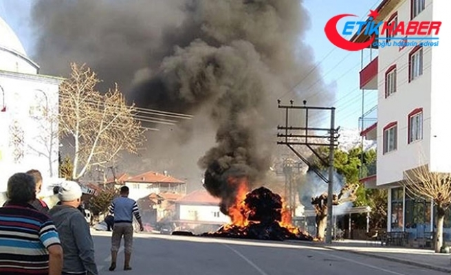 Taraftarın maytaplı kutlaması, saman yüklü kamyonu yaktı