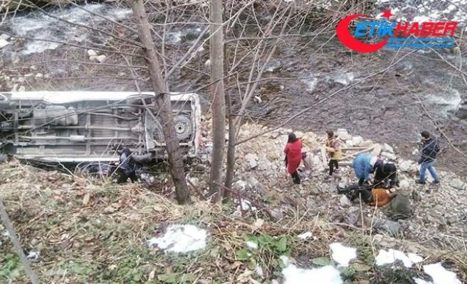 Üniversitelileri taşıyan minibüs uçuruma yuvarlandı: 12 yaralı