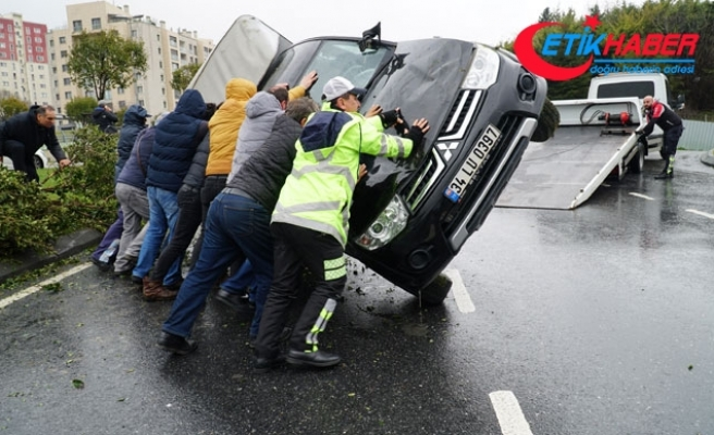 Zeytinburnu'nda kayganlaşan yolda trafik kazası