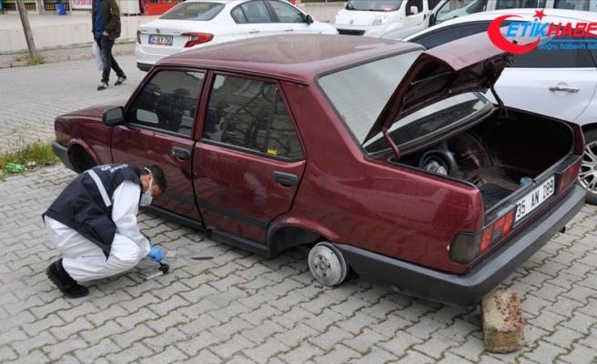 Adana'da park halindeki otomobilin lastikleri çalındı