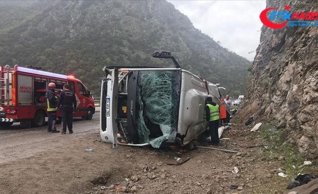 Antalya'da yolcu midibüsü devrildi: 3 ölü, 17 yaralı