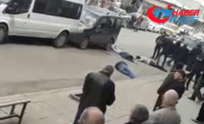 Aracın önünü kesip, içindeki 4 kişiyi sopalarla dövdüler