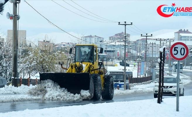 Baharda yağan kar ulaşımı aksattı
