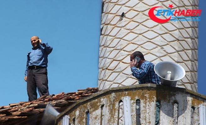 Cep telefonu ile konuşmak için minare, ağaç ve çatılara çıkıyorlar