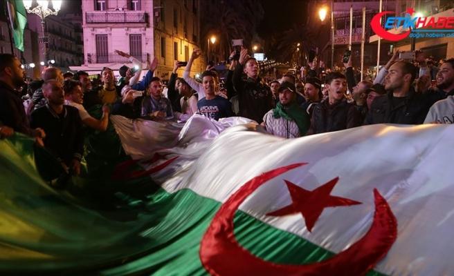 Cezayir'de Buteflika'nın istifası ve ordunun tutumu tartışılıyor