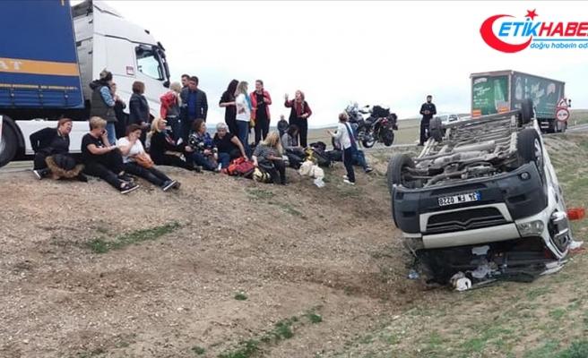Geziden dönenleri taşıyan midibüs devrildi: 11 yaralı