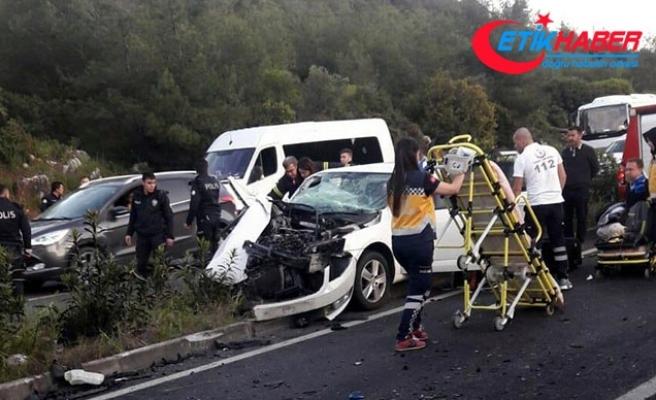 Hafif ticari araç ile otomobil çarpıştı: 2 ölü, 3 yaralı