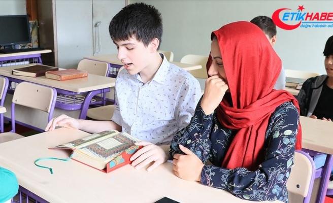 Kur'an'ı ezbere okuyan otizmli genç hafız oldu
