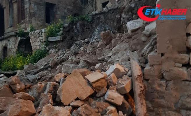 Mardin'de evlerin duvarı yıkıldı, dağdan kaya parçaları koptu