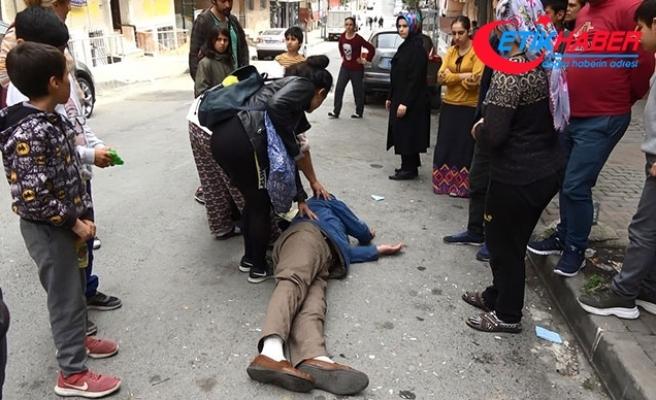 Öğrenci servisi arkasından geçen kişiye çarptı