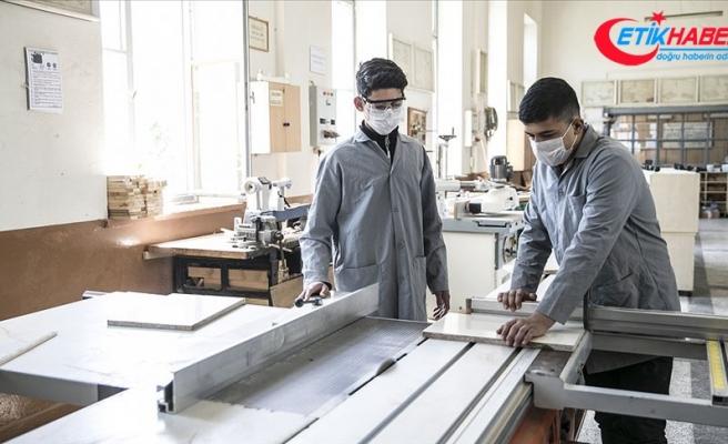 Öğrenciler ihtiyaç sahipleri için mobilya üretiyor