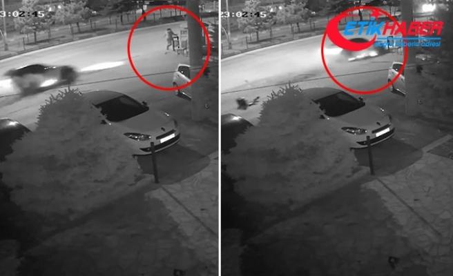 Otomobil kaldırımdaki kadına ve durakta bekleyenlere çarptı: 3 yaralı