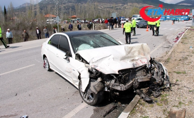 Otomobiller kavşakta çarpıştı: 2 ölü