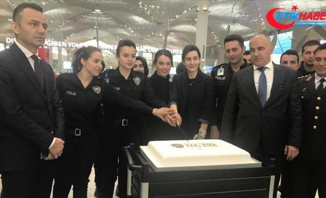 Polislerden yolculara pasta ikramı