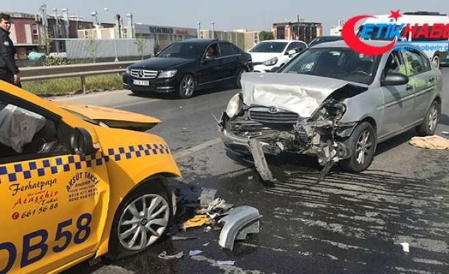 Sancaktepe'de araçlar kafa kafaya çarpıştı: 3 yaralı