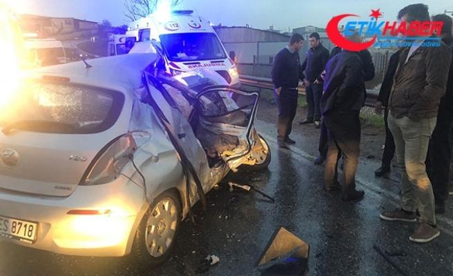 Sancaktepe'de otomobil, yolcu servis minibüsüyle çarpıştı
