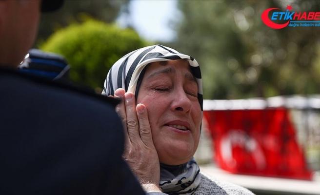 Şehit annesinin gözyaşlarını emniyet müdürü sildi