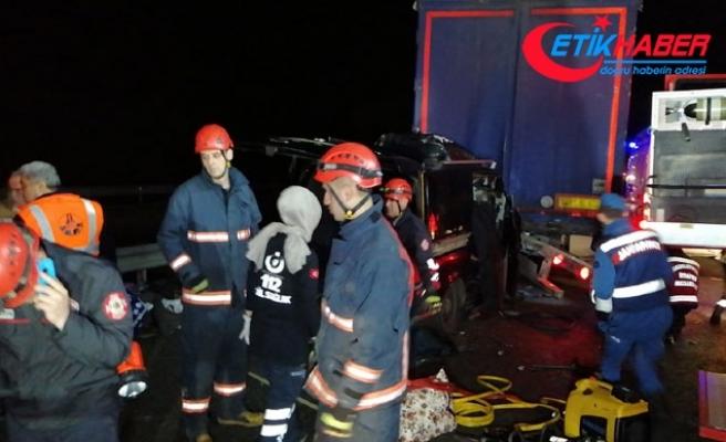 TEM Otoyolu'nda minibüs, TIR'a çarptı: 6 ölü, 5 yaralı