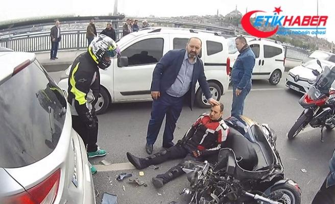 Unkapanı Köprüsü'nde zincirleme kaza: Yaralanan motosiklet sürücüsü yolda yardım bekledi