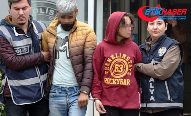 Yaşlı kadının kolye ve küpesini gasbeden sevgililer yakalandı