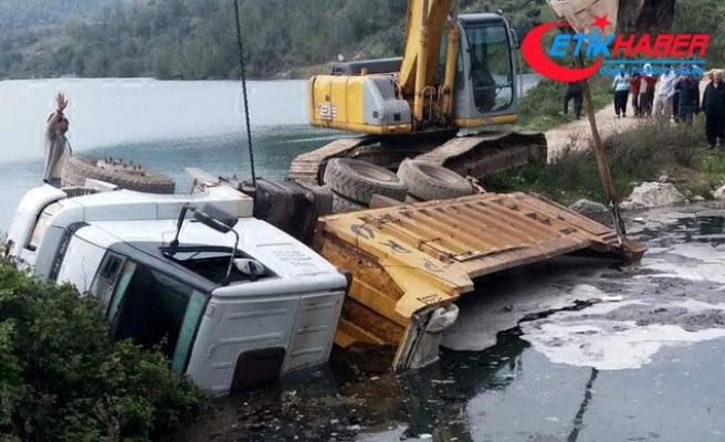 Yol çökünce kamyon devrildi, sürücü gölete düştü