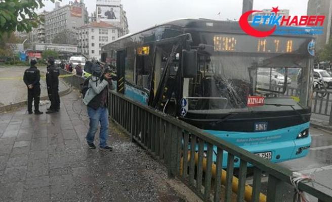 Ankara'da özel halk otobüsü, bariyerlere çarptı: 10 yaralı