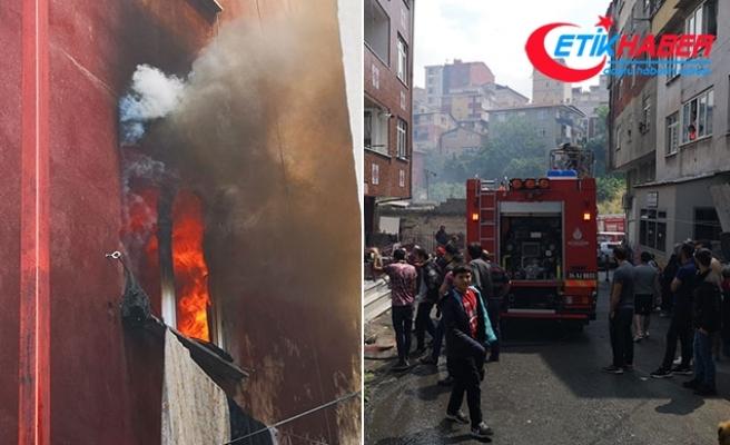 Ataşehir'de yangında can pazarı: Çocukları açılan battaniyeye atıp ikinci kattan atladı