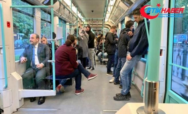 Bakan Mustafa Varank tramvayda yolculuk etti! Sosyal medyada hızla yayıldı