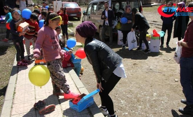 Bitlis'te çocukların 'içini ısıtan' yardım