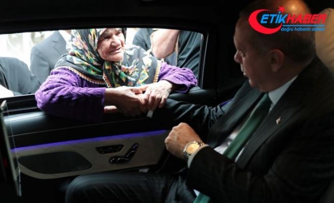 Cumhurbaşkanı Erdoğan, makam aracını durdurarak vatandaşlarla sohbet etti