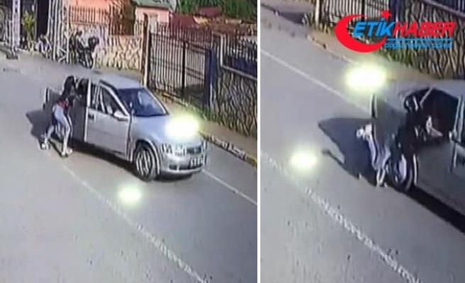 Dövdüğü kadını otomobilden attı