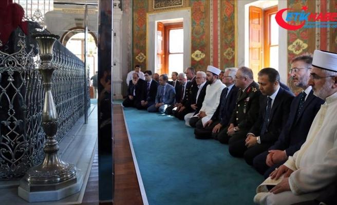 Fatih Sultan Mehmet Han'ın kabri başında dua edildi