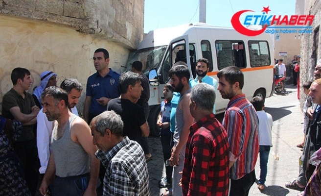 Freni boşalan minibüs sokakta oynayan çocukların arasına daldı: 7 yaralı