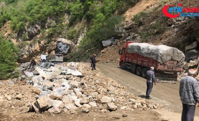 Giresun'daki heyelanda kapanan kara yolu ulaşıma açıldı