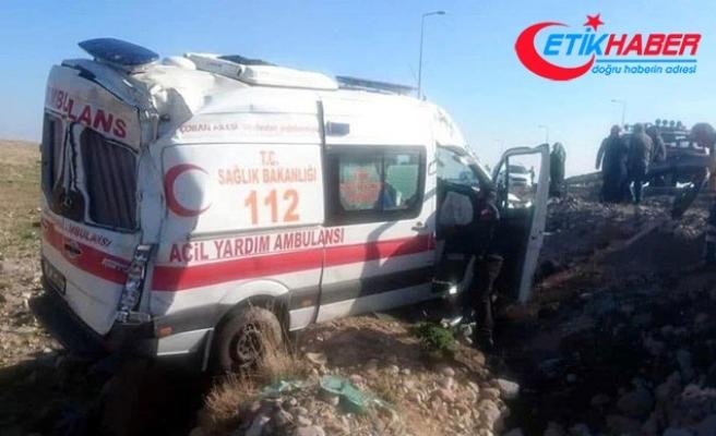 Kayseri'de ambulans devrildi; sürücü ile 2 sağlıkçı yaralı