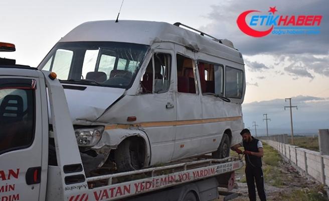 Malatya'da işçileri taşıyan minibüs duvara çarptı: 10 yaralı