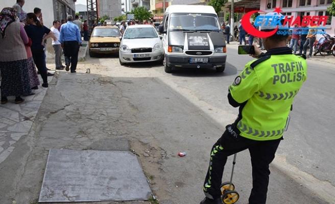 Minibüsle çarpışan otomobil yayaların arasına daldı: 1'i çocuk, 3 yaralı