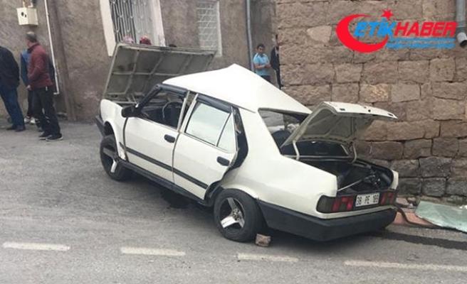 Otomobil, evin önünde oturan kadına çarptı