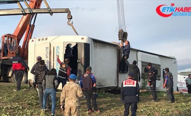 Taziyeden dönenleri taşıyan otobüs devrildi: 2 ölü, 10 yaralı