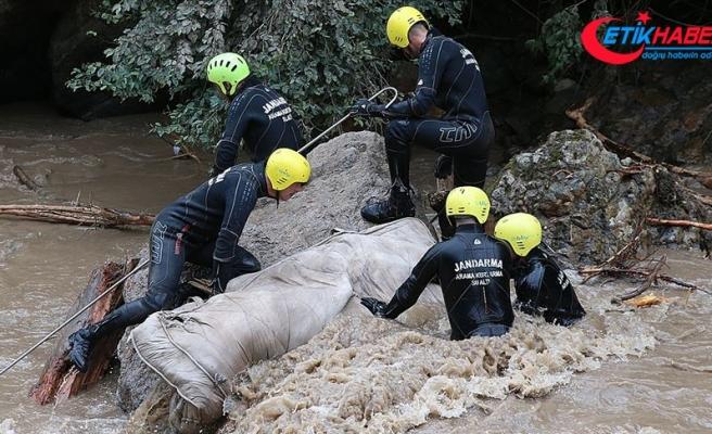 Araklı'daki selde kaybolan 3 kişiyi arama çalışmaları sürüyor