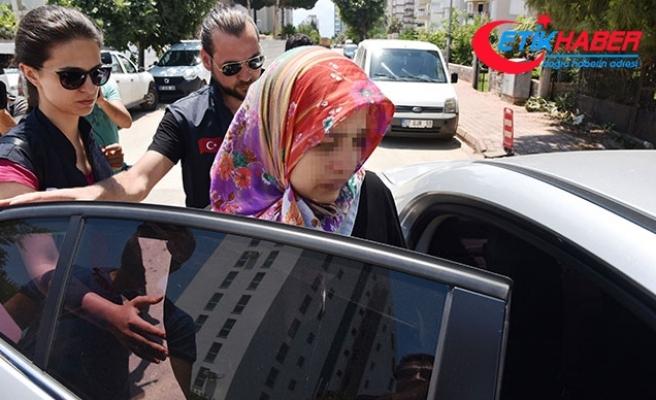 Cinayet sanığı kadın, tahliye kararını duyunca avukatına sarıldı