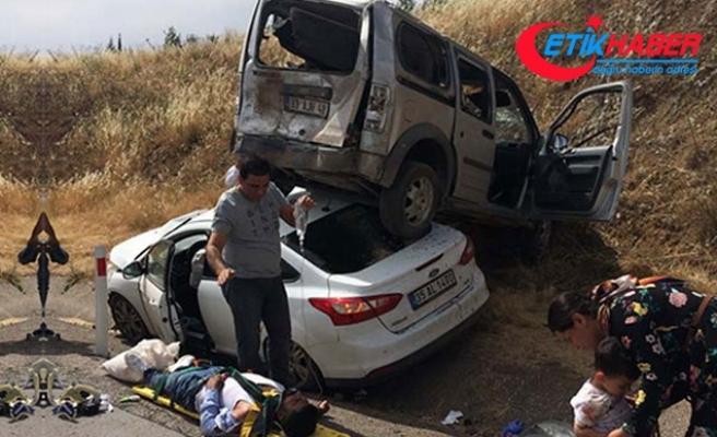 Hafif ticari araç, otomobilin üzerine çıktı: 10 yaralı